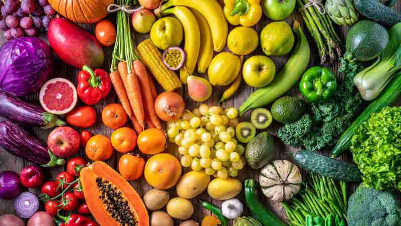 Fruits and vegetables arranged in rainbow order.